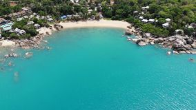 Casette sull'isola tropicale Bungalow accoglienti minuscoli situati sulla riva di Koh Samui Island vicino al mare calmo il giorno stock footage