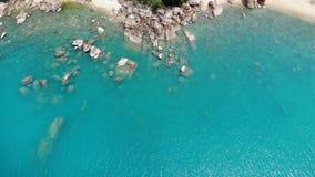 Casette sull'isola tropicale Bungalow accoglienti minuscoli situati sulla riva di Koh Samui Island vicino al mare calmo il giorno archivi video