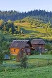 Casette in un'area montagnosa con la bella natura Con un'azienda agricola del ` s dell'agricoltore vicino alle case ed ai raccolt Immagine Stock