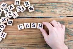 cash Деревянные письма на предпосылке стола офиса, информативных и связи стоковые фото