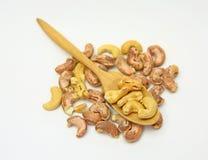 Cashewmuttrar i en träsked Arkivfoto