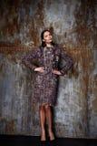Cashm alla moda della lana dell'abbigliamento di tendenza di progettazione di usura del modello della donna di bellezza Immagini Stock