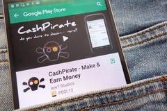 CashPirate - maak en verdien Geld app op Google Play Storewebsite op smartphone wordt getoond in jeanszak die wordt verborgen royalty-vrije stock foto