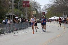 Casi 30000 corredores participaron en el maratón de Boston el 17 de abril de 2017 en Boston Foto de archivo
