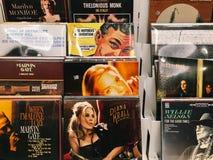 Casi del disco di vinile delle bande famose di musica da vendere in Music Store Immagini Stock