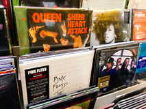 Casi del disco di vinile delle bande famose di musica da vendere in Music Store Fotografie Stock Libere da Diritti