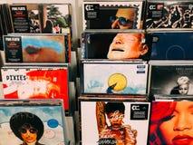 Casi del disco di vinile delle bande famose di musica da vendere in Music Store Fotografie Stock