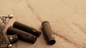 Casi del distintivo e della pallottola dello sceriffo sulla pietra video d archivio