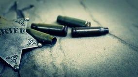 Casi del distintivo e della pallottola dello sceriffo sulla pietra archivi video