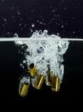 casi di 9mm con la spruzzatura dell'acqua Fotografia Stock