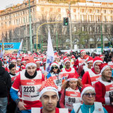 Casi 10,000 Santas participan en el Babbo que corre en Milán, Italia Imagen de archivo