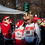 Casi 10,000 Santas participan en el Babbo que corre en Milán, Italia Imágenes de archivo libres de regalías