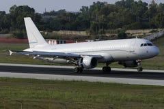 Casi todo el aterrizaje blanco A320 Imágenes de archivo libres de regalías