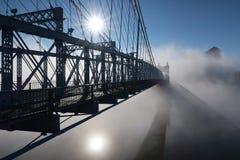 Casi una silueta de un puente hermoso imágenes de archivo libres de regalías