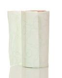 Casi vacie el papel higiénico del rollo aislado en el fondo blanco imagen de archivo