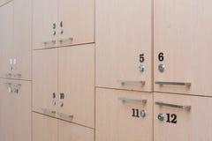casier en bois dans le vestiaire image stock image du. Black Bedroom Furniture Sets. Home Design Ideas