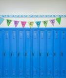 Casiers bleus et bannière colorée avec l'accueil de mot photographie stock libre de droits