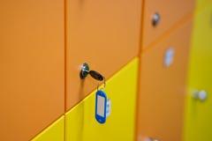 Casiers colorés avec la clé photos stock