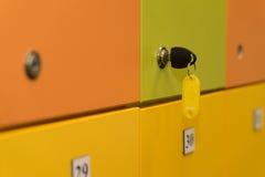Casiers colorés avec la clé Image stock