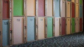 Casiers colorés dans le couloir images stock