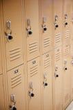 Casiers d'école en métal avec des blocages Photo stock