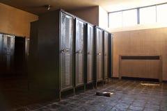 Casiers de stockage abandonnés dans une usine Photos libres de droits