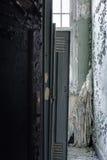 Casiers et rideaux tombés - hôpital abandonné Photo libre de droits