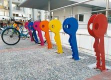 Casiers sûrs de vélo de ville tout près une station de métro à Izmir Turquie image libre de droits
