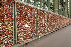 Casiers sur le pont de Hohenzollern à Cologne Photographie stock