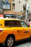 Casilla de taxi amarilla en la 42.a calle en New York City Fotos de archivo libres de regalías
