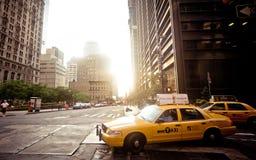Casilla de taxi amarilla que monta en Nueva York Foto de archivo libre de regalías
