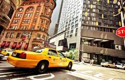 Casilla de taxi amarilla que monta en Nueva York Imagen de archivo libre de regalías