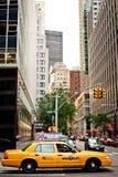 Casilla de taxi amarilla que monta en Nueva York Fotografía de archivo libre de regalías