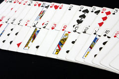 Casinò del poker delle carte da gioco sul fondo nero della tavola della mazza Immagini Stock Libere da Diritti