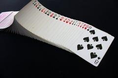 Casinò del poker delle carte da gioco sul fondo nero della tavola della mazza Fotografia Stock Libera da Diritti