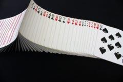 Casinò del poker delle carte da gioco sul fondo nero della tavola della mazza Immagini Stock