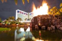 Casinò e Volcano Eruption Show dell'hotel di miraggio alla notte - Las Vegas, Nevada, U.S.A. fotografie stock