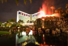 Casinò e Volcano Eruption Show dell'hotel di miraggio alla notte - Las Vegas, Nevada, U.S.A. immagini stock libere da diritti