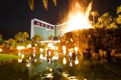 Casinò e Volcano Eruption Show dell'hotel di miraggio alla notte - Las Vegas, U.S.A. immagini stock