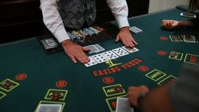 Casinò: Il commerciante mescola le carte della mazza La video fucilazione senza stabilizzazione, là è vibrazione e un poco rumore stock footage