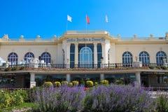 Casino Barriere de Deauville franco: Deauville Le Normandía el edificio hermoso del casino en la playa imagenes de archivo