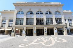 Casino Barriere de Deauville franco: Deauville Le Normandía el edificio hermoso del casino en la playa fotos de archivo libres de regalías