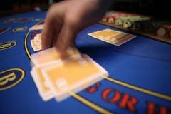 Casino blured deler da mão do cartão Imagens de Stock