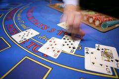 Casino blured deler da mão do cartão Fotografia de Stock Royalty Free