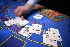 Casino blured deler da mão do cartão Fotos de Stock Royalty Free