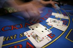 Casino blured deler da mão do cartão Foto de Stock Royalty Free
