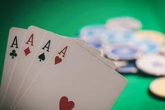 Casino, conceito de jogo Quatro ás e para borrar microplaquetas de pôquer no feltro verde imagens de stock