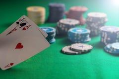 Casino, concepto de juego Veintiuna y fichas de póker en el fieltro verde imágenes de archivo libres de regalías