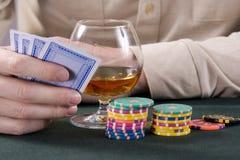 Casino: Conhaque, jogar-cartões e microplaquetas Foto de Stock