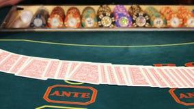 Casino: De handelaar schuifelt de pookkaarten stock footage